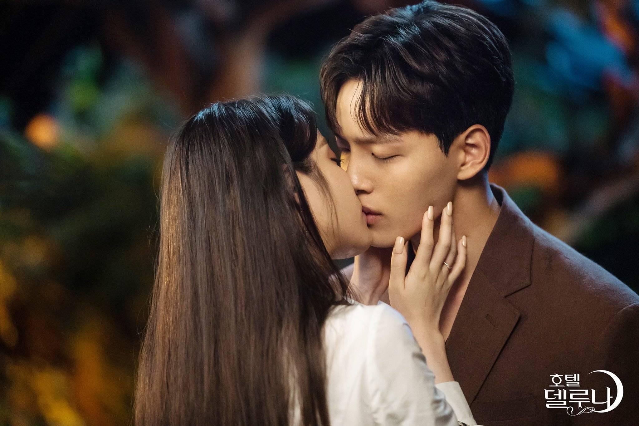 Luna en Jin dating