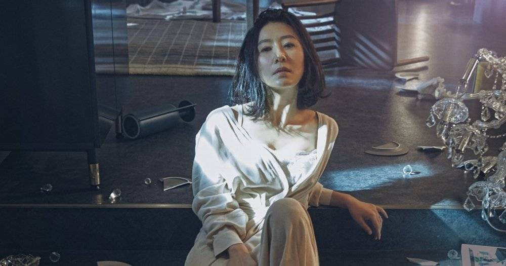 "Kim Hee-ae Shows Intense Aura on the Poster of ""The World of the ..."