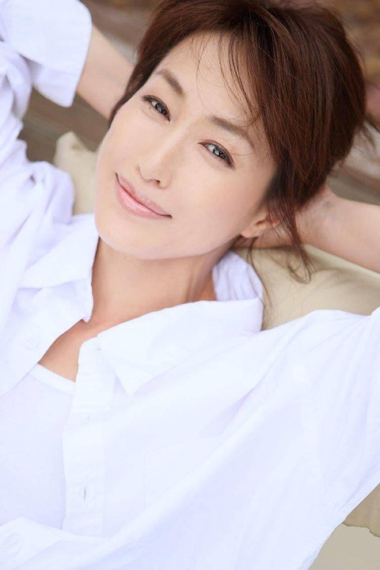白いシャツの高島礼子