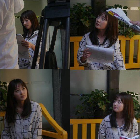 Aktris Song Ha-yoon terlihat membaca naskahnya untuk KBS