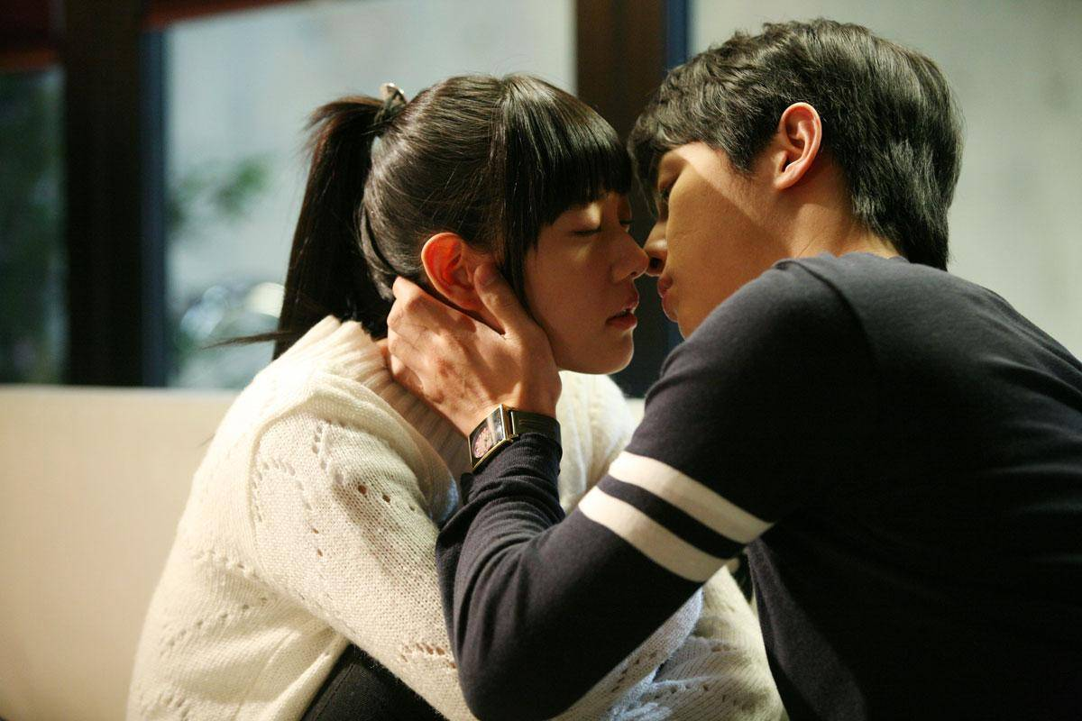 Shin se kyung bed scene with jung eui chul