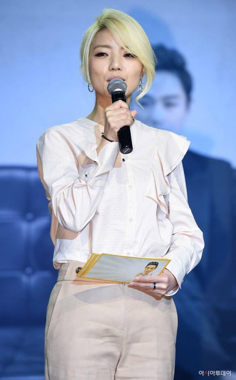Ahn Young Mi brilla en una nueva actualización después de que la gente le diga que se ve como