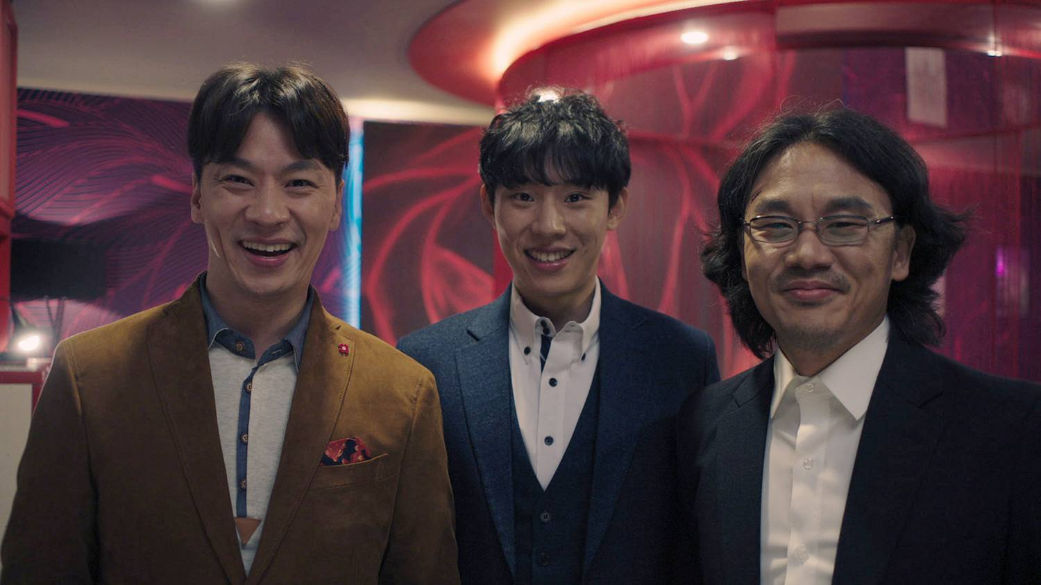 Photos] Energetic New Stills Released for Black Comedy