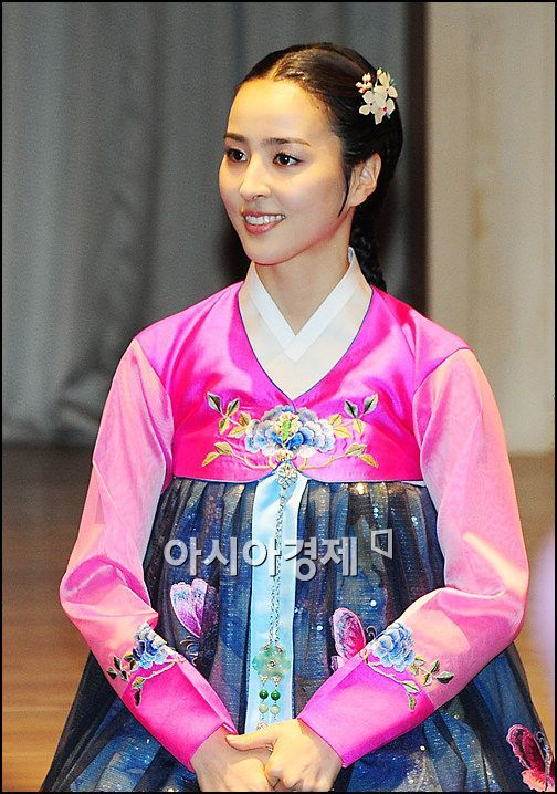 Is it the first time to see her in a Korean traditional dress?