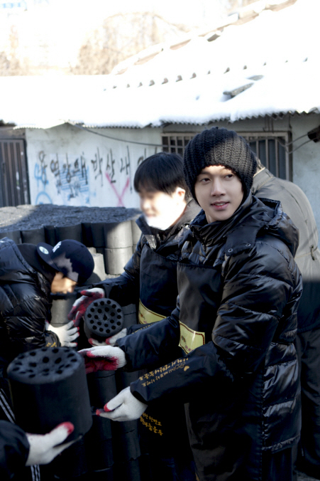 "Kim Hyun-joong, delivers ""Love Sharing"" coals in extreme cold Photo148129"