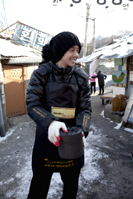 "Kim Hyun-joong, delivers ""Love Sharing"" coals in extreme cold Photo148130"