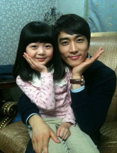 """Song Seung-heon cute pose with 'little Seol' """"Pre-daughter ..."""
