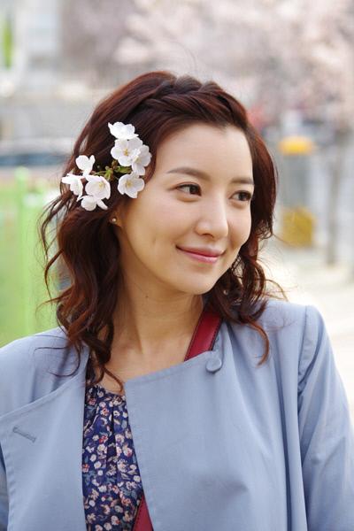 Yoon Se Ah Looks Full Of Spring With Flower In Hair