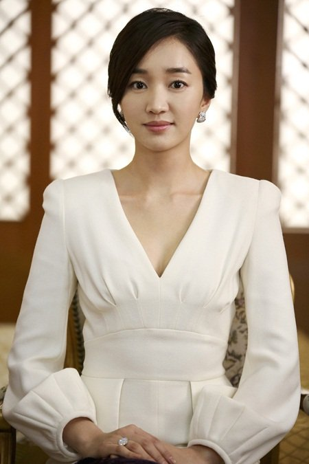 """Yawang"" Soo-ae becomes the mesmerizing First Lady ..."