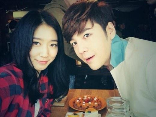 Jang Geun-seok and Park Shin-hye's selfie together ...