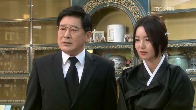 Tae-seong's father and fiancee