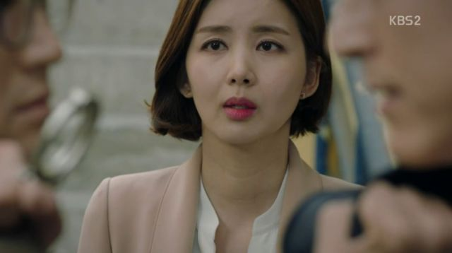 Hae-kyeong watching Deul-ho and Ji-wook