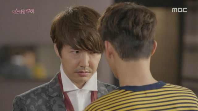 Joong-won having his tie fixed by Ji-seong