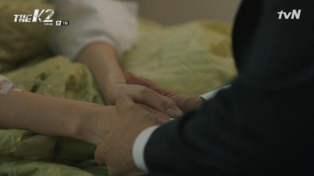 Se-joon holding Ahn-na's hands