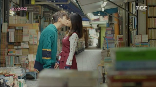 Ji-seong and Bok-sil's first kiss