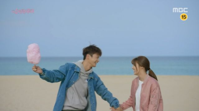Ji-seong and Bok-sil having a beach date