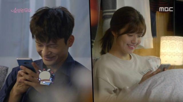 Ji-seong sending Bok-sil a kissing emoticon