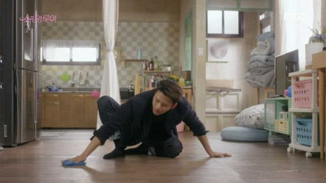 Ji-seong cleaning Bok-sil's house