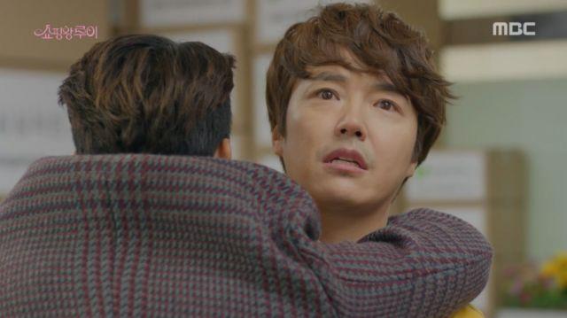 Joong-won receiving a hug from Ji-seong