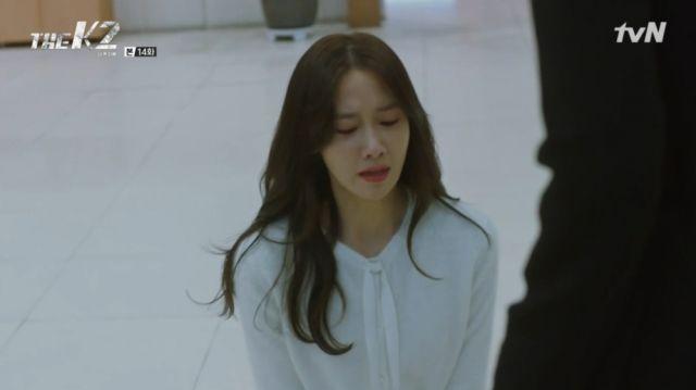 Ahn-na begging Yoo-jin to let her see Je-ha