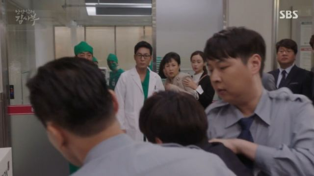 A young Dong-joo blaming the surgeon for his father's death