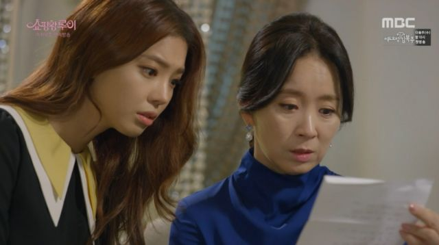 Ma-ri and Jae-sook reading Seon-goo's letter