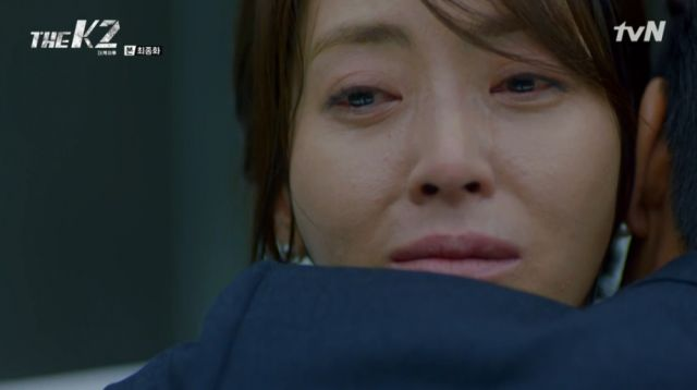 Yoo-jin being hugged by Se-joon during her last moments