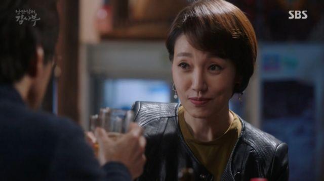 Myeong-sim and Teacher Kim having a drink