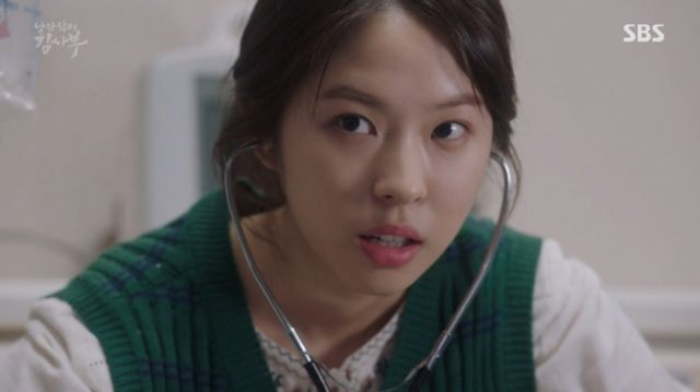 Yeon-hwa getting caught by Myeong-sim while treating a patient