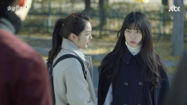 Cho-rong and Joo-ri as Joo-ri is being bullied by Woo-hyeok
