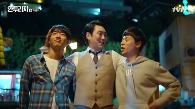 Eun-gap drunk and joyous, hugging Yeong-bin and Ho-jin