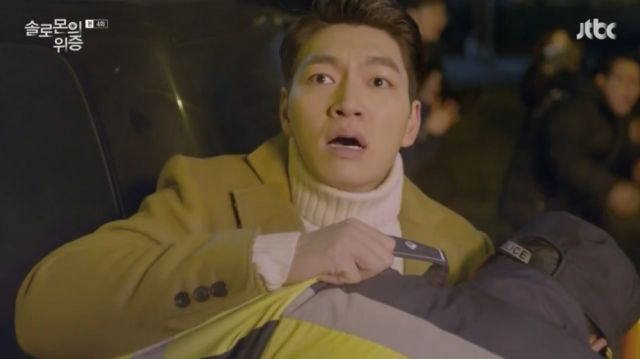 Woo-hyeok witnessing his house burning down with his grandmother inside