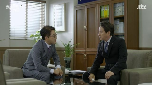 Kyeong-moon telling the current principal to stop the trial using school regulations