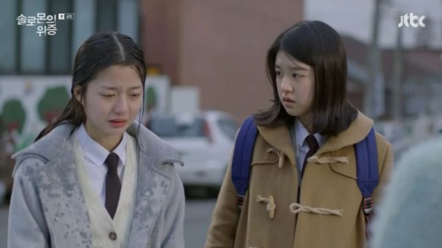 Seo-yeon apologizing to Joo-ri's mom for her suffering