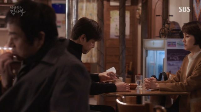Do-il and Myeong-sim discussing Teacher Kim's past