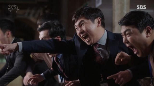 Gi-tae, Mr. Goo and the Doldam team fighting off intruders