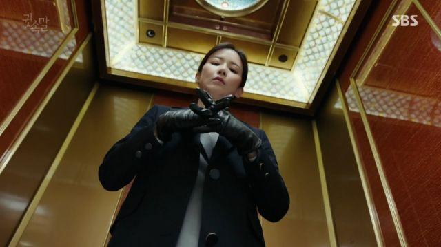 Yeong-joo preparing to invade Jeong-il's room