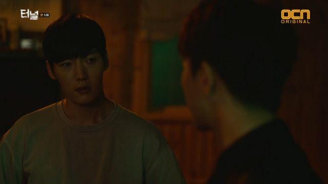 Gwang-ho expressing his support for Seon-jae