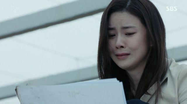 Yeong-joo burning the proof of Taebaek's corruption