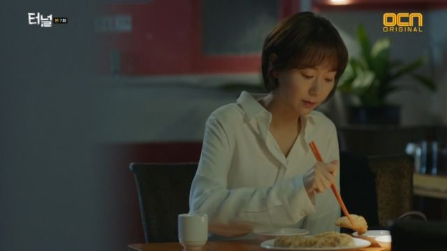 Jae-i eating the dumplings Yeon-sook used to love