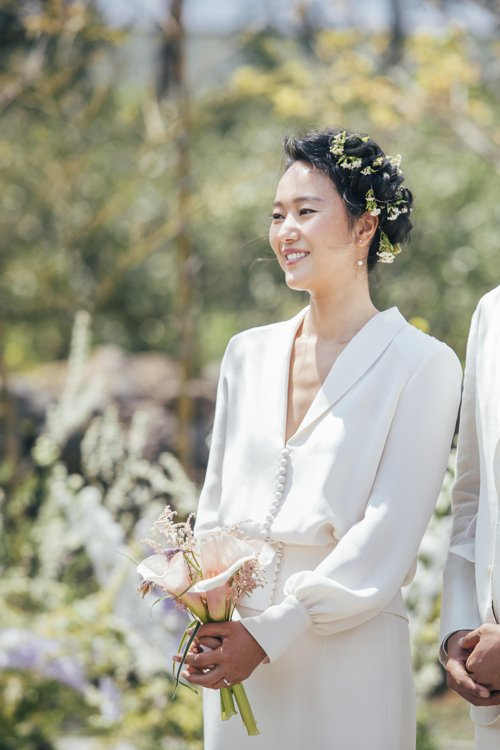 Bride of April Yoon Jin-seo reveals wedding pictures in house in Jeju