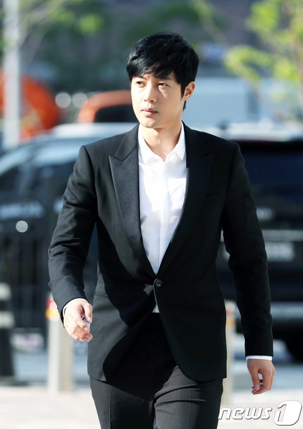 Kim Hyun-joong's fans at court, witness appears