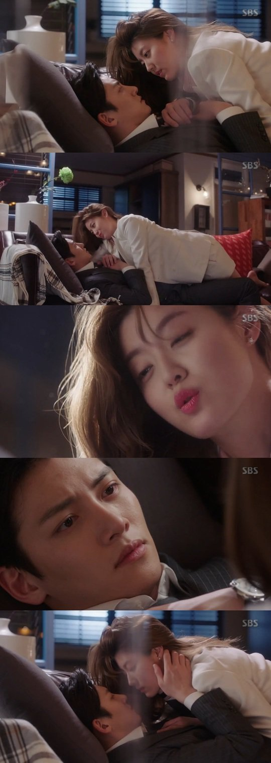"[Spoiler] ""Suspicious Partner"" Ji Chang-wook and Nam Ji-hyeon on the sofa"