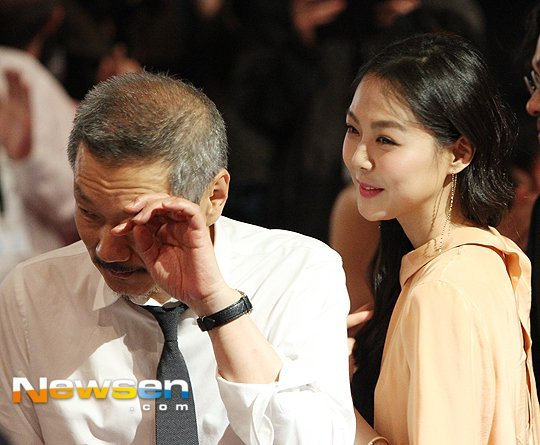 Hong Sang-soo wipes tears and Kim Min-hee smiles