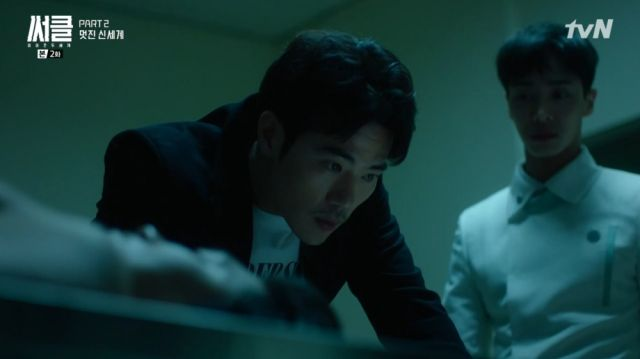 Joon-hyeok and Ho-soo examining a corpse