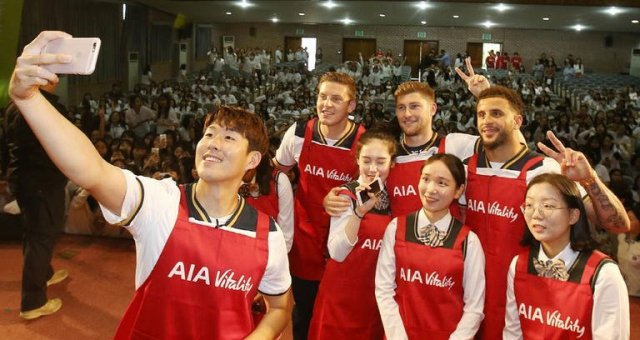 Son Heung-min Meets Korean Youngsters with Hotspur Teammates