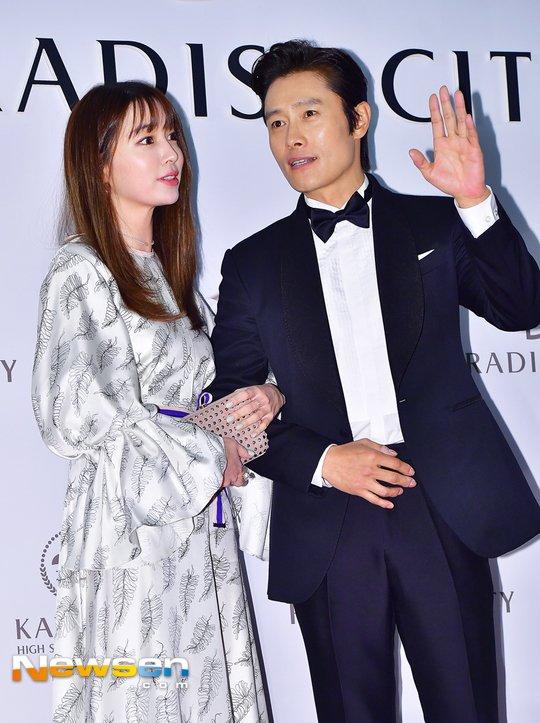 Lee Min-jung shows backside of her son, 26 months