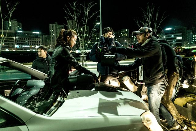 "[Photos + Video] Added new on-the-set images and character trailer for the upcoming Korean movie ""The Villainess"""