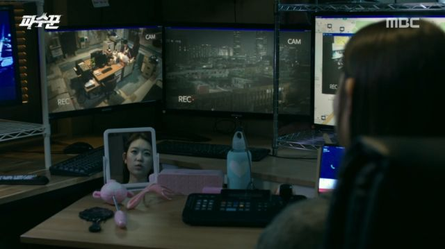 Bo-mi watching Kyeong-soo and Soo-ji