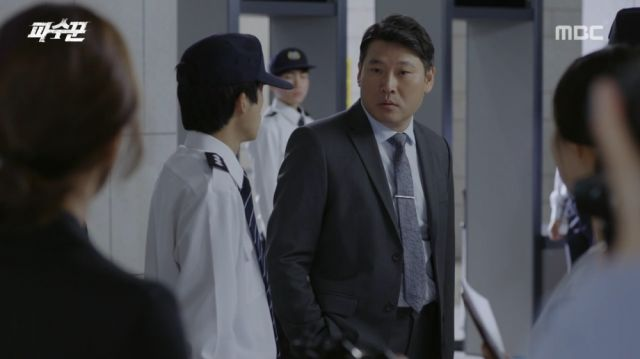 Seung-ro asking for Soo-ji's removal from the building
